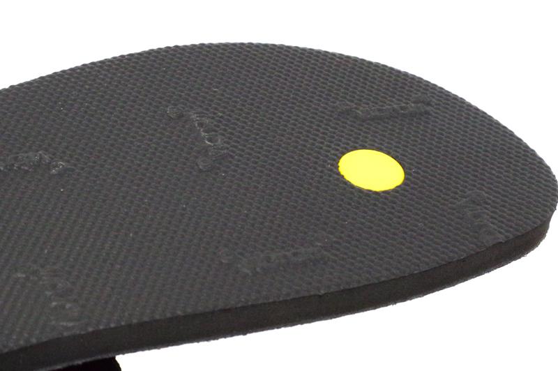 軽量で足裏感覚抜群のルナ ベナード・エムジーティーには6mm ビブラム・アウトソールが採用されています- ルナサンダル