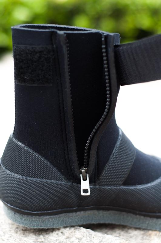 沢足袋の決定版、カモシカ渓流保温タビ。ファスナーはロッキングファスナーを使用しているため、自然に開くことがありません。さらにベルクロをしっかり締めることにより、フィット感を高めることが可能。